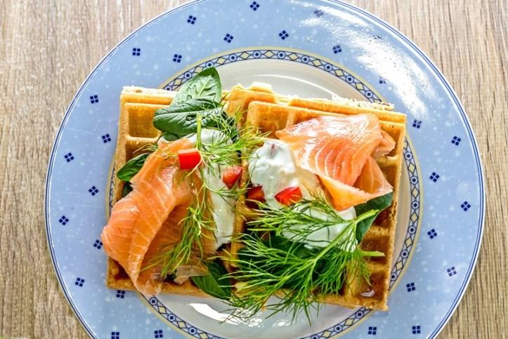 Kräuterwaffeln mit Lachs und Gemüsequark - blauer Teller für Rommelsbacher Osterbrunch