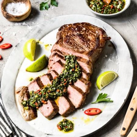 Roastbeef Steak mit Chimichurri - auf Teller mit Deko - gegrillt auf Cerangrill Rommelsbacher