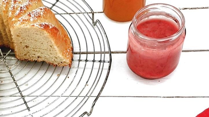 Erdbeer Kokos Marmelade im Glas mit Hefekuchen auf Gitterrost