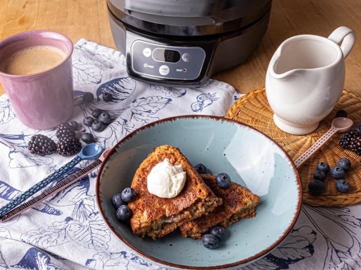 Blondies gebacken im Omelett maker Oskar - serviert mit Heidelbeeren, Karamellsauce und Sauerrahm