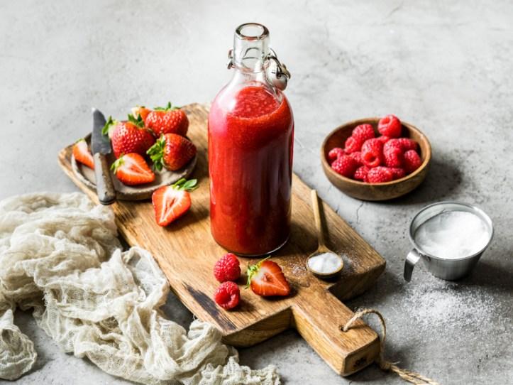 Erdbeer-Himbeer-Essig selbstgemacht - / Beitrag Kräuter-Chili-Öl und Beerenessig aus dem Jona von Rommelsbacher