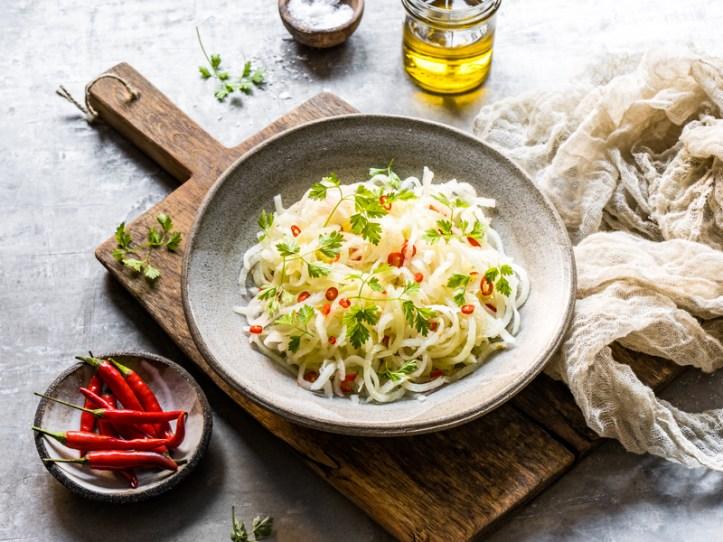 Salat aus Kohlrabinudeln, mit Kerbel und selbstgepresstem Öl - Rezept Rommelsbacher