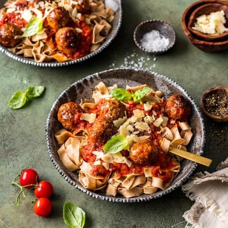 Dinkel-Bandnudeln mit Meatballs in Tomatensauce