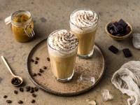 Frappuccino - zwei Gläser mit  Sahnehaube - Rommelsbacher Rezept