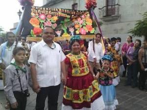 EN LA CALENDA, EL PRESIDENTE MUNICIPAL Y LA PRESIDENTA DEL DIF MUNICIPAL