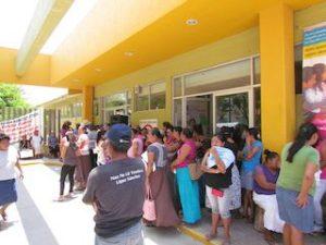 Coceistas se manifiestan en el Hospital de Juchitán.3