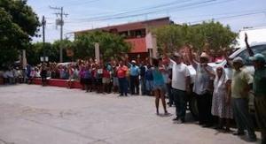 Pide el pueblo de Mixtequilla desaparición de poderes al Congreso (2)