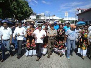Marchan constructores para exigir consulta ciudadana para la construcción de parque eólico en Juchitán.