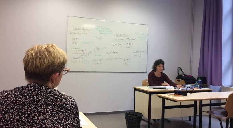 Catherine Le Magueresse donne cours le 16 mars, devant les étudiantes du diplôme « Approche pluridisciplinaire des violences conjugales » à Lille 2.