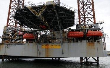 Boorplatform met helikopterdek in de haven van IJmuiden.