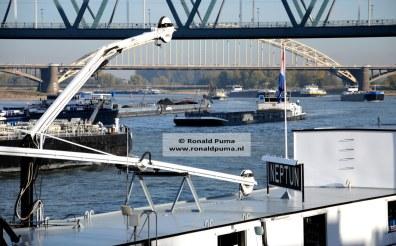 Door de verminderde vaardiepte van de Waal kunnen schepen minder lading vervoeren en zijn er meer schepen op de Waal.
