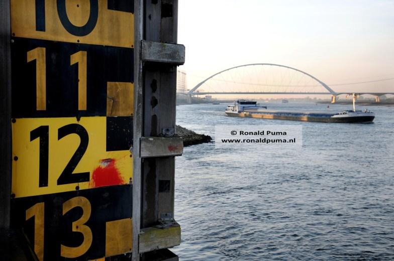 Op de achtergrond de nieuwe brug 'De Oversteek'.