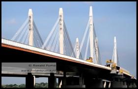 De eerste brug over de Waal bij Ewijk opende in 1976 en telde twee pylonen (de twee rechts op de foto).