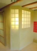 Photo d'une pièce annexe éclairée par deux panneaux de briques de verre