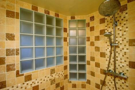 Photo d'une salle d'eau éclairée par des briques de verre