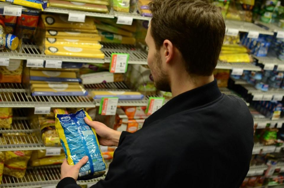 kijkend naar voedingswaarden op een verpakking
