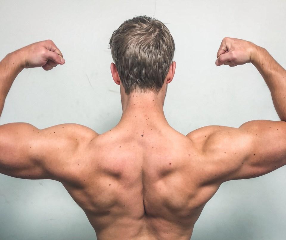 Twan Koot toont spieren