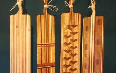 Zoek je nog een leuk kerstcadeau? Deze serveerplanken zijn uniek en handgemaakt van circulair hout. Door gebruik te maken van verschillende soorten hout en unieke patronen mrijgt elke plank een eigen karakter. Maak je zeker weten de blits mee onder de kerstboom!  Afmetingen variëren. Lengte: 57-63 cm, breedte: 17 -21 cm.  Stuur een PB als je interesse hebt