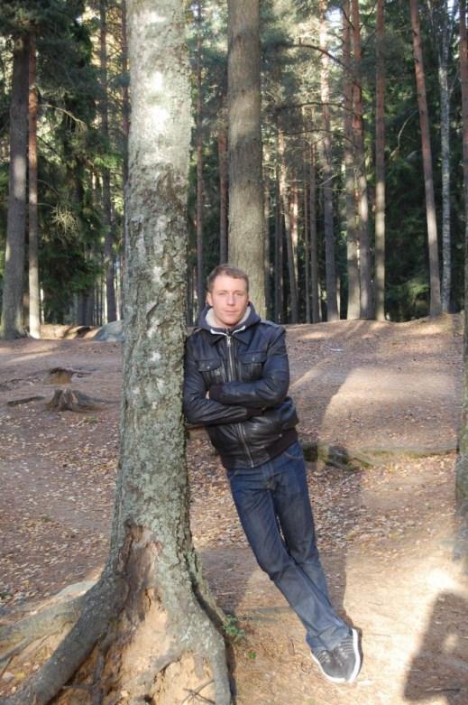 Tim im Wald bei Helsinki. Herbst ist eine besonders schöne Jahreszeit für den Besuch Finnlands.