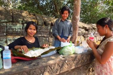 Mittagessen in den Tempelruinen: 2kg Reis, verpackt im Bananenblatt, dazu getrocknetes Rindfleisch, Chili und Jackfruit. Gegessen wird mit den Händen – nicht nur die Tempelbauweise und Religion hat man von den Hindus übernommen, sondern auch die Essweise.