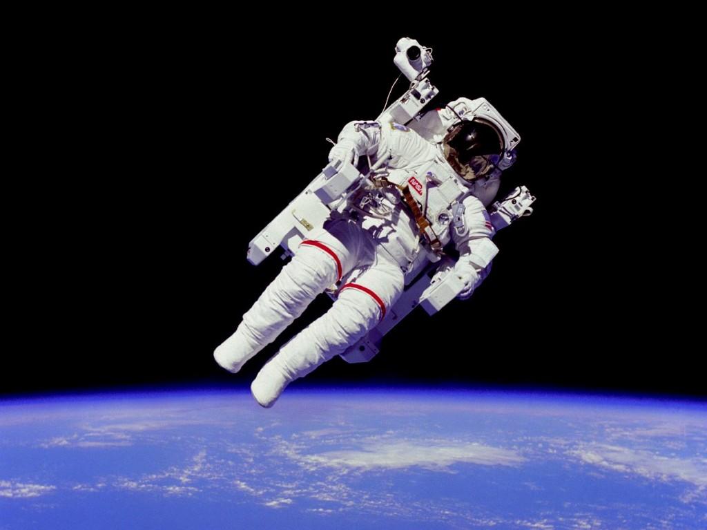 NASA-Astronaut im Weltraum mit Erde