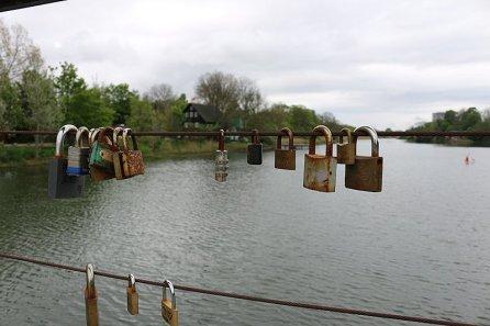 An der Brücke über den kleinen See/Kanal sind Liebesschlösser befästigt. Allerdings noch nicht so viele, so dass die Brücke dort so schnell nicht einstürzen wird.