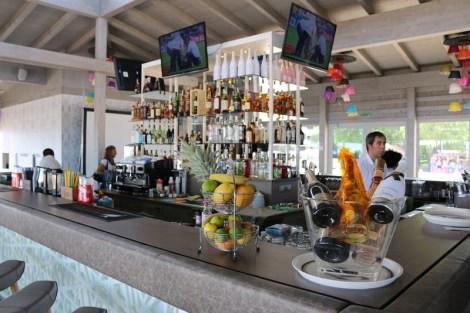 Die Barkeeper in der Cocktailbar Ganvie in Albena wissen, wie man ordentliche Cocktails mischt.