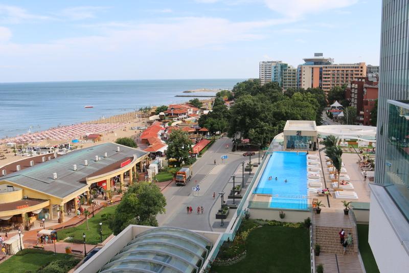 Das ist der Außenpool im Hotel International von oben.