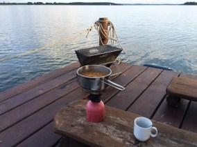Zum Abendbrot am ersten Abend habe ich mir Linsensuppe mit dem Gaskocher warmgemacht. Campen auf dem See ist noch viel besser als am See.