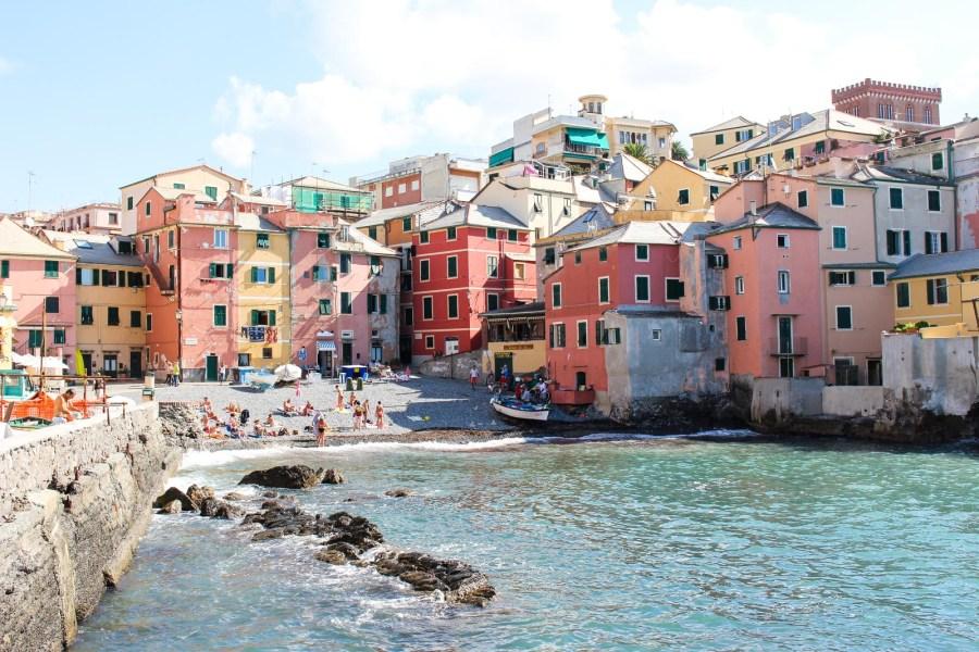 Der Stadteil Boccadasse in Genua ist genauso farbenfroh wie die Cinque Terre.