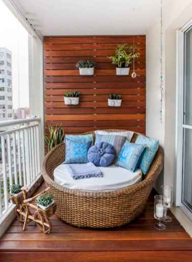 50 affordable small first apartment balcony decor ideas (44)