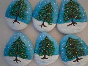 54 easy diy christmas painted rock ideas (45)