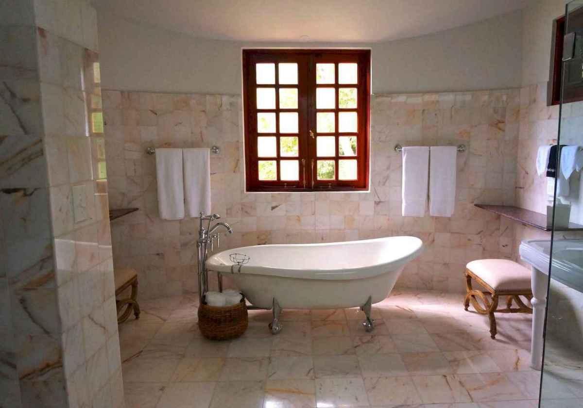 Top 25 farmhouse master bathroom decor ideas (19)