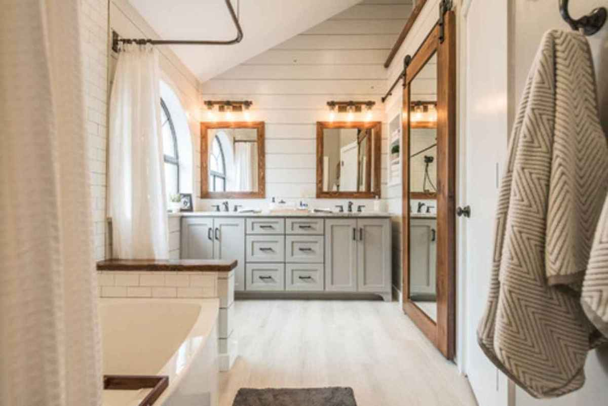 80 awesome farmhouse master bathroom decor ideas and remodel to inspire your bathroom (28)