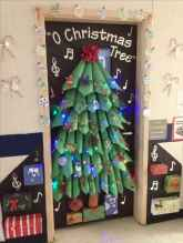 40 easy diy christmas door decorations for home and school (2)