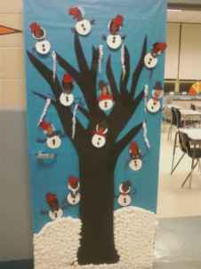 40 easy diy christmas door decorations for home and school (35)