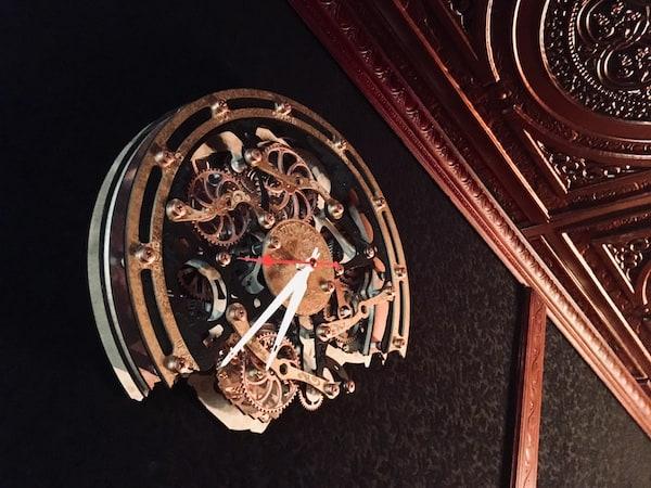In-game: A broken steampunk clock.