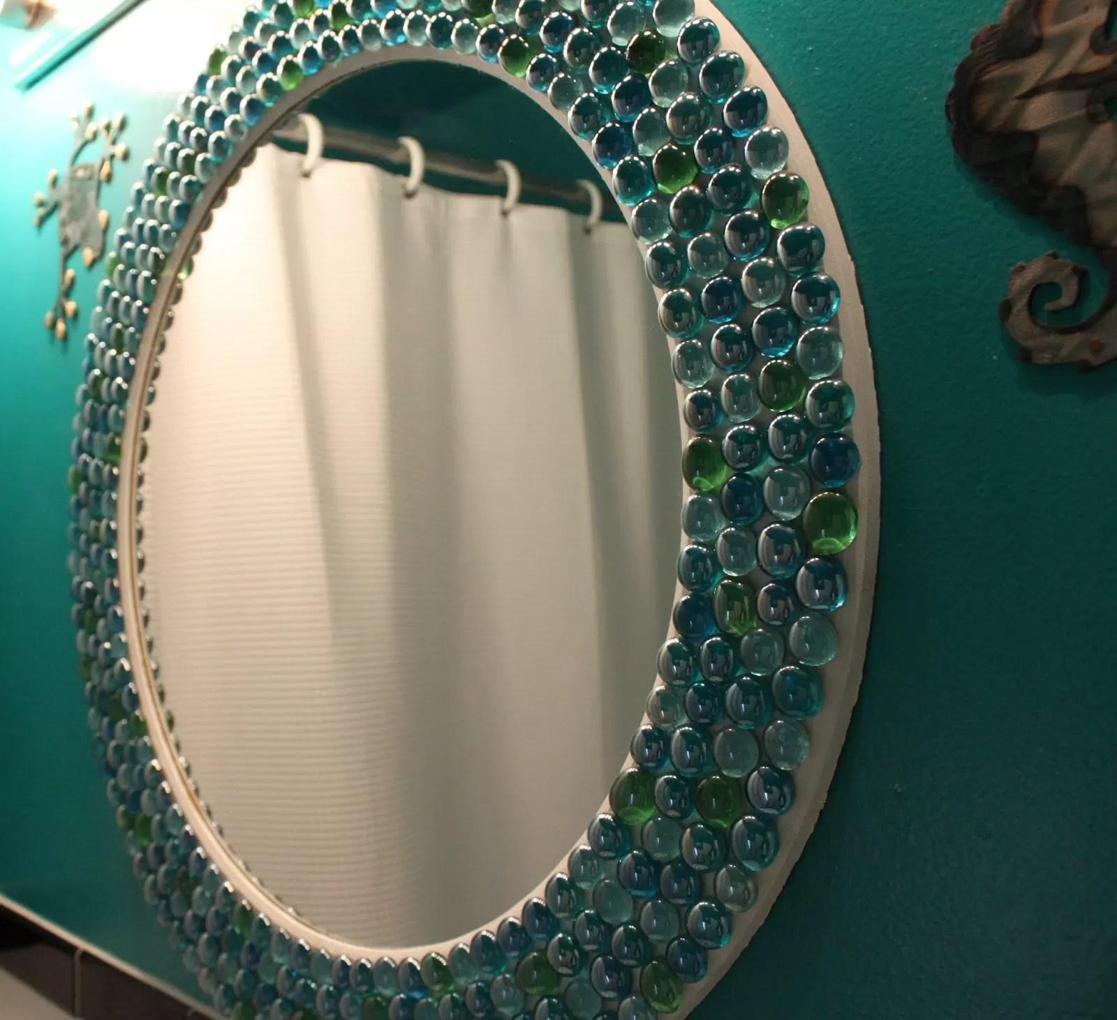Speilet dekor med gjennomsiktige steiner