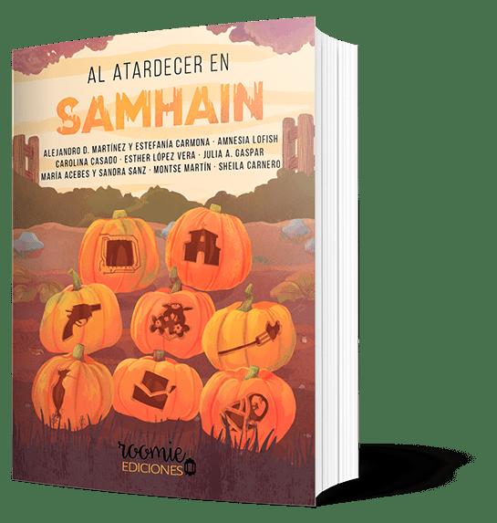 Cubierta de «Al atardecer en Samhain». Es un campo compuesto por varias capas. Arriba hay una de copas de árboles (moradas); después está el cielo (anaranjado con nubes blanquecinas); hay una valla abierta donde están los nombres de los autores; arbustos verdes; varias capas marrones de piedras, luego de hojitas, pajaritos y flores; en la más baja hay hierba (oscura). En el centro de la imagen, debajo del título, hay ocho calabazas. Cada una tiene un elemento tallado que corresponde a cada relato. De arriba abajo y de izquierda a derecha, sería: un chip, una ermita, una pistola, un ramo de flores, un tenedor con comida, un pájaro (abubilla), una carta abierta y un bebé. Autores: Alejandro D. Martínez y Estefanía Carmona, Amnesia Lofish, Carolina Casado, Esther López Vera, Julia A. Gaspar, María Acebes y Sandra Sanz, Montse Martín, Sheila Carnero. Editorial: Roomie Ediciones.