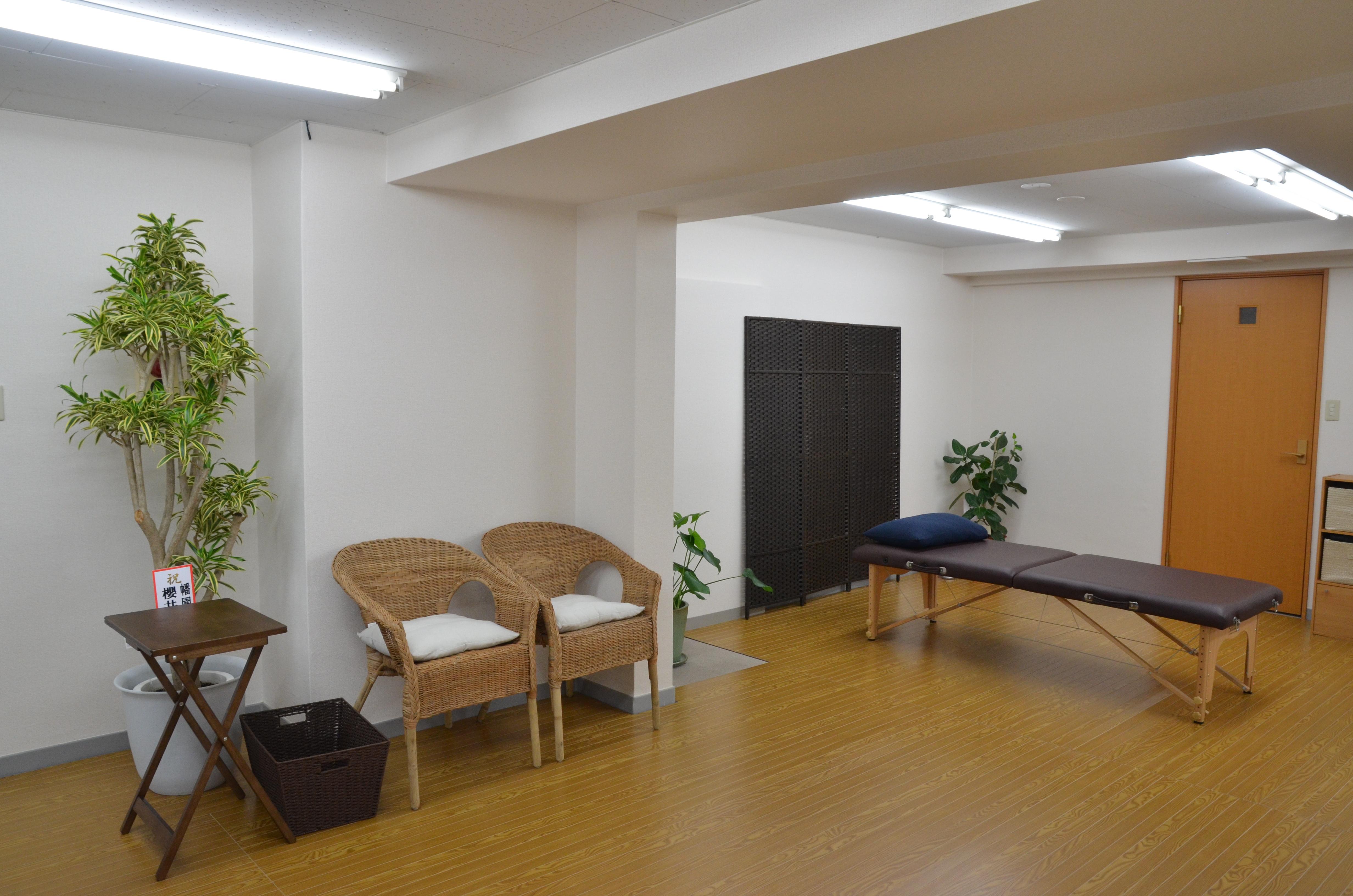 仙台の整体で筋膜を施術するルーツの店内2