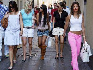Ropa parata en la tienda La moda es barata