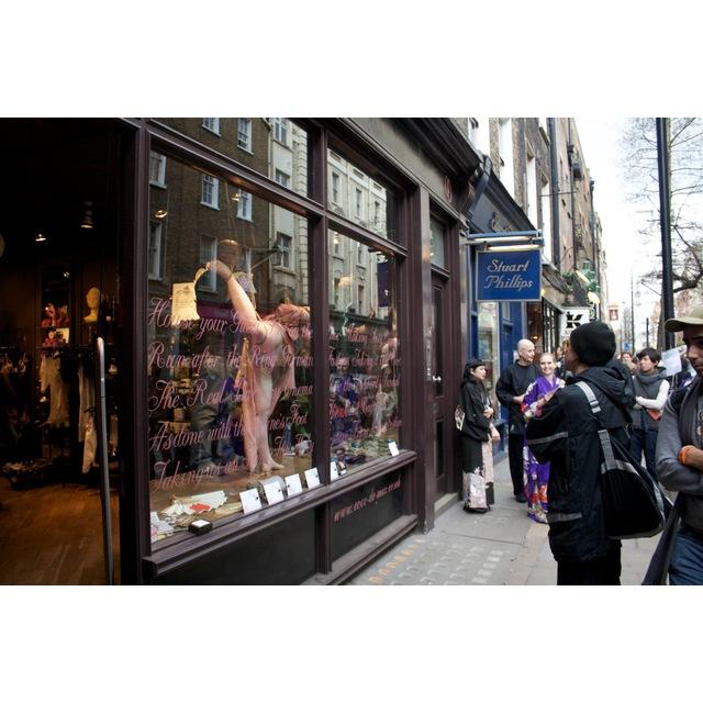Shop window shibari at Coco De Mer