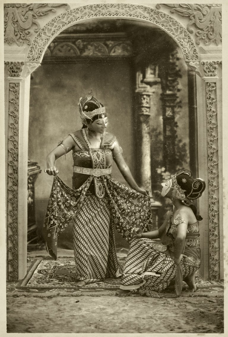 2 A scene of the romance of the pince Panji and the princess Dewi Sekartaji