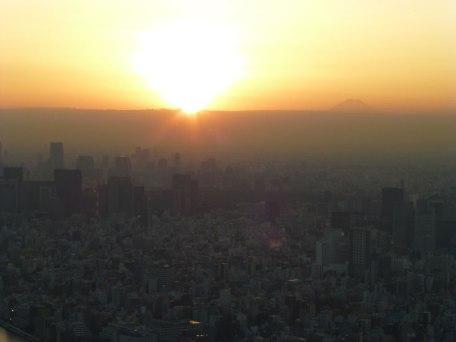 Coucher de soleil depuis Tôkyô Skytree, on aperçoit le mont Fuji