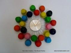 Reloj con cápsulas de café Dolce Gusto forradas con globos de colores. Rosa Montesa