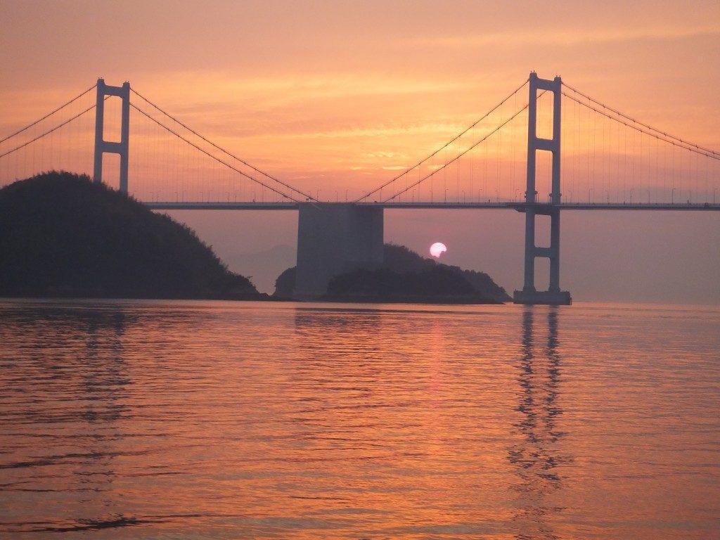 吉海町(愛媛県今治市)の西に沈む夕陽を撮影した拡大写真。