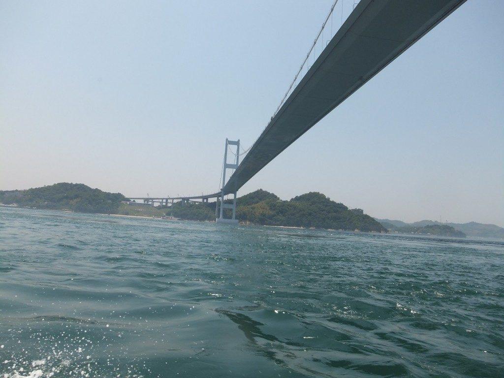 来島海峡大橋を真下の船から見上げるようにして撮影した写真。