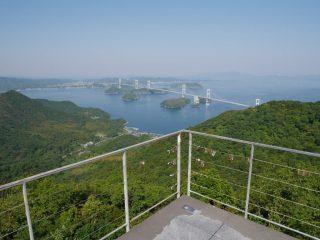 しまなみ海道上の島「大島・吉海町」の山の上にある「亀老山展望公園」から眼下に架かる「来島海峡大橋」を撮影した写真。