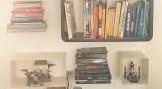 Alternance d'objets et de livres classés par couleur