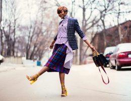Femme stylée qui se promène dans la rue